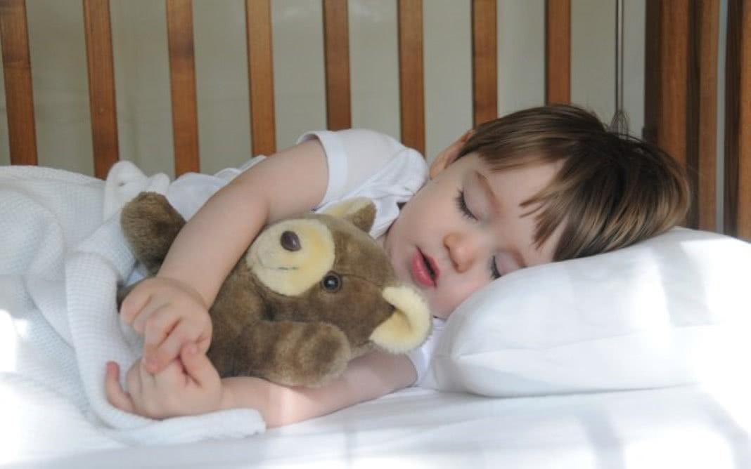 Colocar os filhos para dormir cedo faz bem