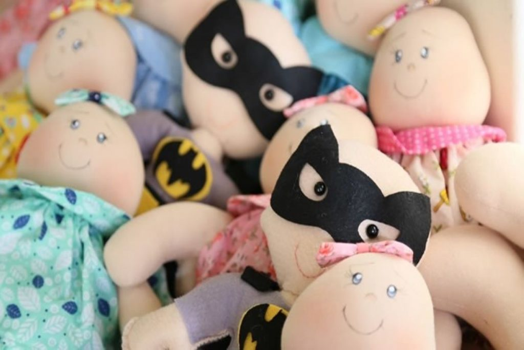 bonecos sem cabelo para crianças com cancro.