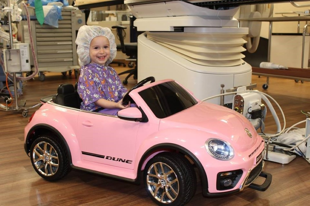 Crianças conduzem mini-carros