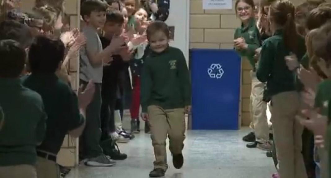 Menino de 6 anos recebido com aplausos