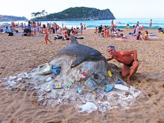 Artista cria esculturas de areia