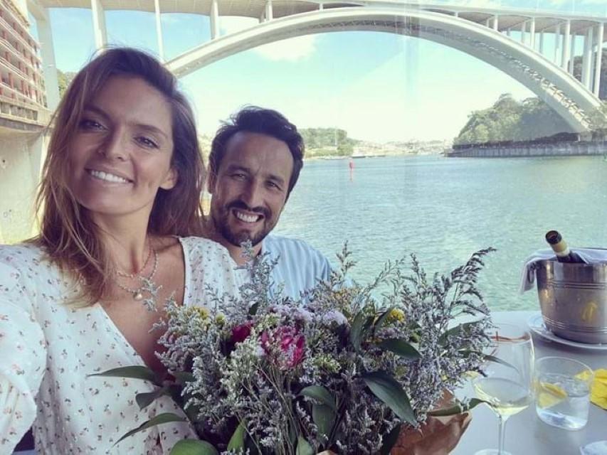 Daniel Oliveira segura Diana Chaves