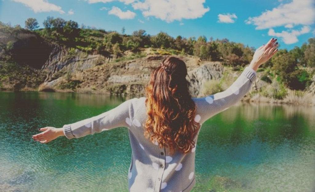 Uma mulher forte não depende de ninguém e prefere estar só que ao lado de alguém que não presta. Algumas mulheres preferirem ficar sozinhas.
